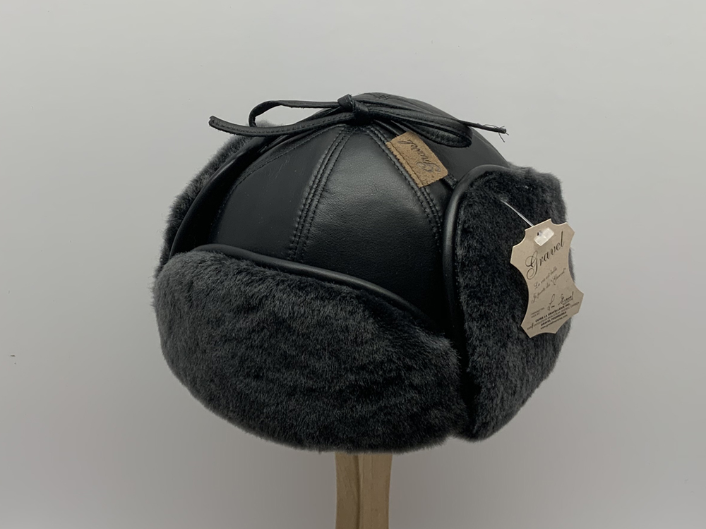 Aviator hat in leather brisa black / outside sheepskin fur